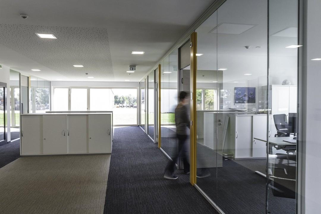 Verkehrsfläche mit Büros